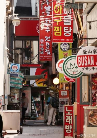 [사진]거리두기 연장, 한산한 명동 식당가