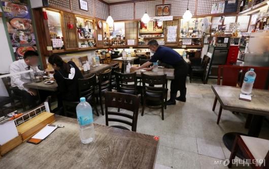 [사진]점심시간에도 한산한 식당