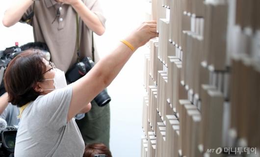 [사진]사진 직접 옮기는 세월호 유가족들