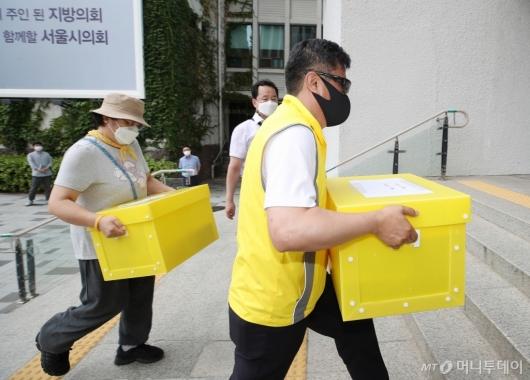 [사진]서울시의회로 옮겨지는 물품들