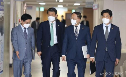 [사진]부동산 관계부처 합동브리핑 참석하는 홍남기 부총리