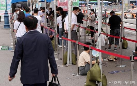 [사진]코로나 검사 기다리는 시민들