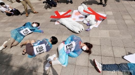 [사진]'코로나19'에 쓰러진 환자들과 K-방역 퍼포먼스