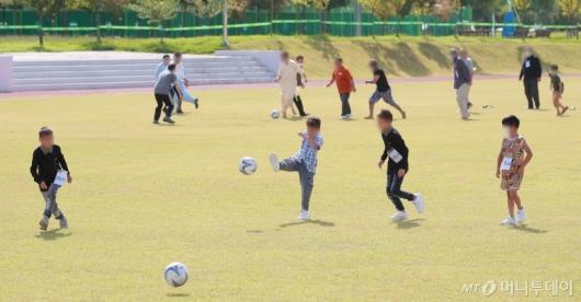 [사진]축구하며 야외활동 즐기는 아프간 어린이들