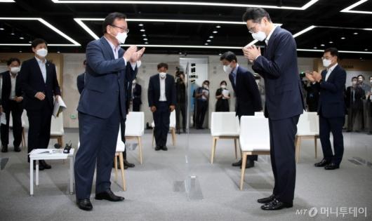[사진]박수치는 김부겸 총리-이재용 부회장