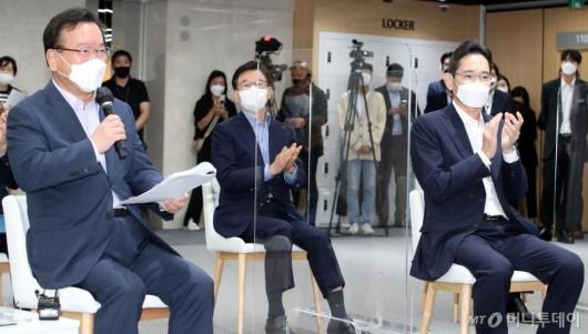 [사진]총리발언 경청하는 이재용 부회장