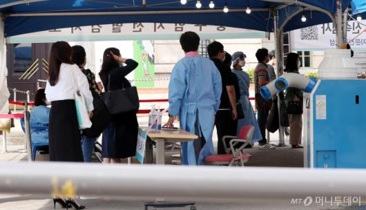 [사진]코로나19 신규 확진자 2434명 역대 최다 기록