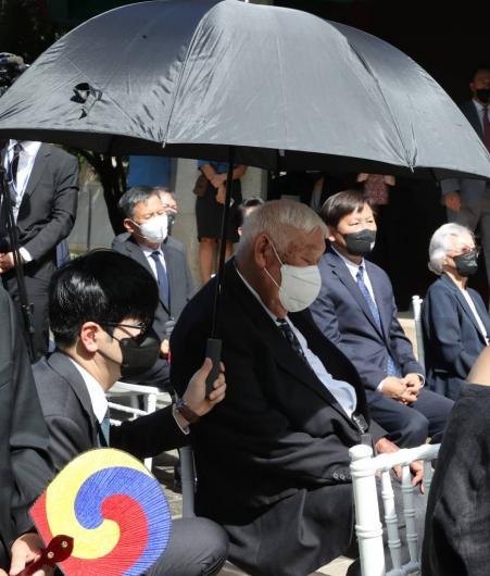 고령자를 위한 탁현민의 '우산 사용법'