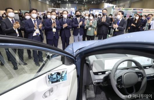 [사진]현대자동차 부스 둘러보는 그린뉴딜 엑스포 참석자들