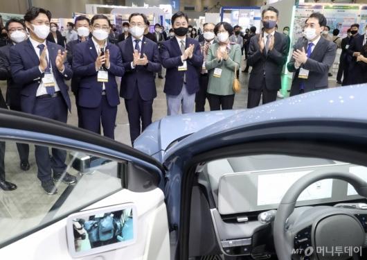 [사진]아이오닉5 전기차 둘러보는 그린뉴딜 엑스포 참석자들