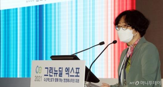 [사진]'그린뉴딜 엑스포' 기조강연하는 윤순진 위원장