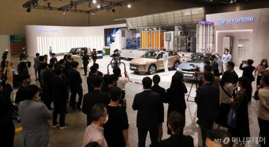 [사진]현대자동차 부스 둘러보는 참석자들