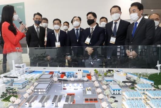 [사진]2021 그린뉴딜 엑스포 한화 부스 둘러보는 참석자들