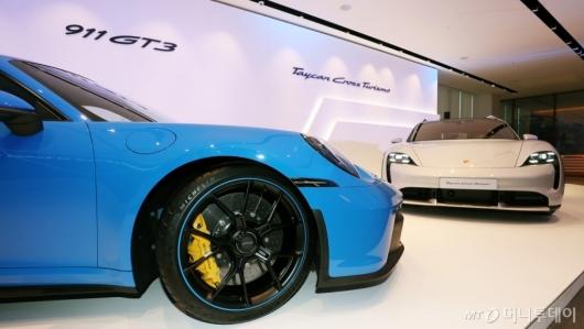 [사진]공개된 '911 GT3'와 '타이칸 크로스 투리스모'