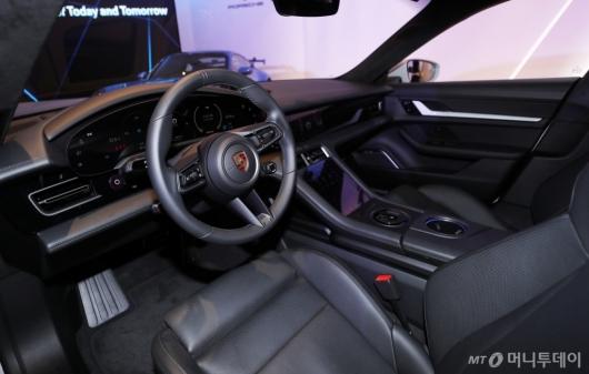 [사진]타이칸 크로스 투리스모의 운전석