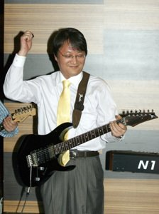 """CEO가 된 기타리스트를 보내다"""
