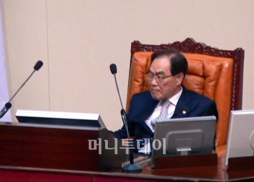 """▲""""오기만 해봐라""""= 임채정 국회의장"""