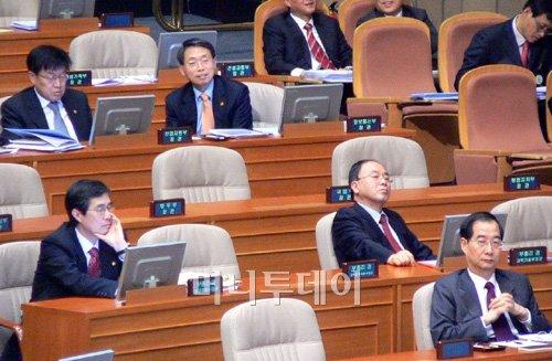▲국회의원들을 기다리는 국무위원들