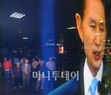 ↑ 19일 오후 서울역 대합실에서 시민들이 이명박 대통령의 미국산 쇠고기 수입문제와 관련한 대국민담화 발표를 TV뉴스를 통해 시청하고 있다. ⓒ이명근 기자