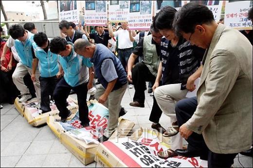 [사진]계란세례 받는 일본대사관 (화보)
