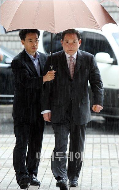 [사진]빗속 선고공판 출두하는 이건희 前 회장(화보)
