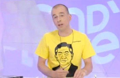 '盧 티셔츠' 입고 방송하는 佛 앵커 화제