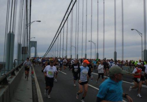 ↑1일(현지시간) 열린 뉴욕마라톤 참가자들이 출발직후 베라자노 브리지를 통과하고 있다.