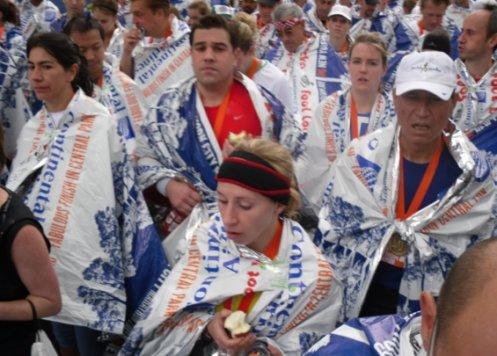 ↑골인직후 주최측이 나눠준 비닐로 몸을 감싸고 가쁜 숨을 몰아쉬고 있는 주자들.