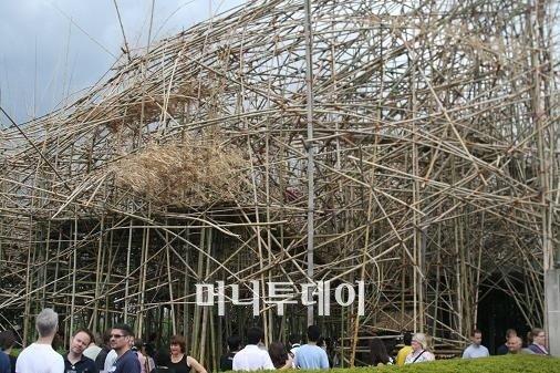↑ 메트로폴리탄 미술관 옥상에 전시된 스탄형제의 빅밤부(사진=머니투데이)
