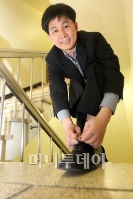↑ 2년간 계단을 이용한 뒤부터 다리 근력이 많이 회복됐다고 말하는 박철순 방송통신위원회 팀장. ⓒ홍봉진 기자 honggga@