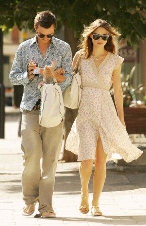 ↑영국 배우 키이라 나이틀리가 남자친구와 함께 에코백을 들고 외출하는 모습.ⓒ네이버블로그 laborsa