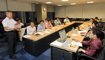↑워크스마트 연구회 5차 모임이 지난달 19일 삼성생명 서초사옥 삼성경제연구소 회의실에서 열렸다. 문형구 고려대 노동대학원 원장(경영대학 교수)이 '지식 경영'을 주제로 발표를 하고 있다.