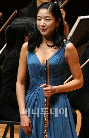 ▲올해 1월 서울 예술의 전당에서 열린 머니투데이 음악회에서 플룻을 연주한 뒤 관객들에게 인사하고 있는 한지희씨. ⓒ사진=이명근 기자