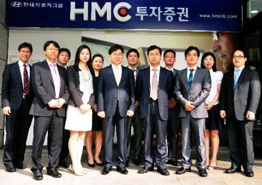 ↑배종화 HMC투자증권 주식자본시장팀(ECM) 팀장(앞줄 오른쪽 세 번째)과 직원들. 이들은 최근 원료의약품 제조업체 하이텍팜, 자동차 부품업체 엠에스오토텍의 IPO를 잇따라 상장시키는 데 성공했다.<br />
