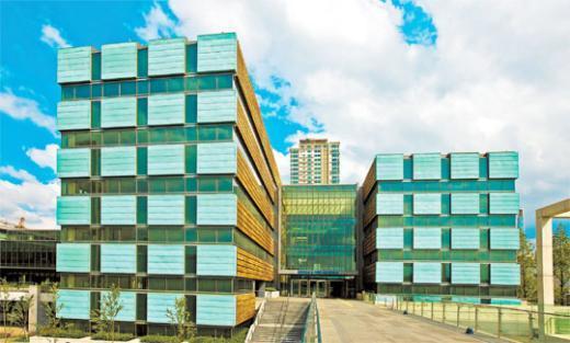 채드윅 인터내셔널 중·고등학교동. 창이 넓어 햇빛이 건물 속까지 밝힌다. 건물 자체가 한옥처럼 'ㄷ'자 구조다.