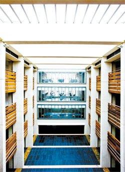 복도 끄트머리의 자투리 공간을 활용한 개방형 독서실. 교실을 나와서도 편하게 앉아 쉬거나 책을 읽을 수 있는 공간이 많다.