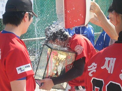↑'제1회 머투 대학 동아리 야구대회' 3부 우승한 광운대 페가수스 선수들이 물을 뿌리며 즐거워 하고 있다. ⓒ송학주