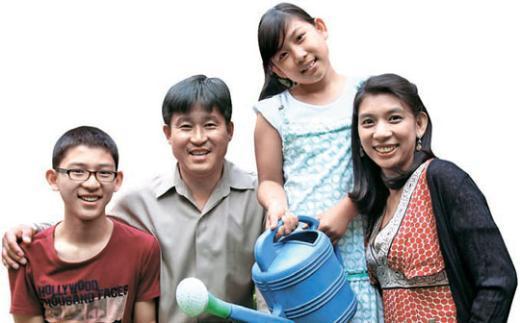 ↑ 자스민 가족의 단란한 한때. 왼쪽부터 아들 승근, 숨진 남편 이동호씨, 딸 승연, 자스민.