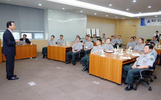↑LG전자 김영기 부사장(사진 왼쪽)이 '육군 장군단 LG전자 경영기법 연구 워크숍'에 참석해 강의를 하고 있다. <br />