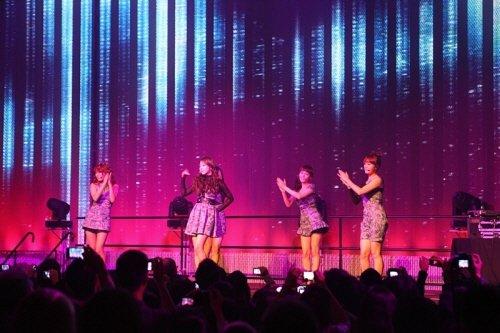 ↑ 원더걸스가 미국 시애틀에서 가진 공연 모습.