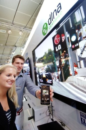 ↑LG전자가 독일 IFA 2010 전시회에서 윈도폰7 '옵티머스7' 시제품을 통해 주요기능 중 하나인 멀티미디어 파일 전송 기술을 시연했다.  <br />