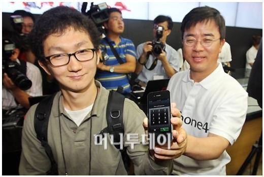아이폰4가 국내 출시된 10일 서울 광화문 KT사옥 올레스퀘어에서 아이폰4의 1호 개통자 신현진(왼쪽)씨가 포즈를 취하고 있다. ⓒ홍봉진 기자 hongga@