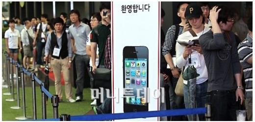 아이폰4가 국내 출시된 10일 서울 광화문 KT사옥 올레스퀘어에서 예약자들이 줄을 서서 개통을 기다리고 있다. ⓒ홍봉진 기자 hongga@<br />