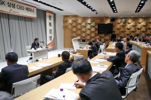 ↑최태원 SK그룹 회장이 지난 29일 서울 워커힐호텔에서 열린 SK 상생 CEO 세미나에서 협력업체 CEO들을 만나 직접 애로사항을 들은 뒤 SK의 행복 동반자 경영에 대해 설명하고 있다.