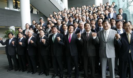 ↑최태원 SK그룹 회장(앞열 왼쪽 다섯번째)이 지난 29일 서울 워커힐호텔에서 열린 SK 상생 CEO 세미나를 마치고 협력업체 CEO들과 손을 맞잡고 동반 성장을 다짐하고 있다.