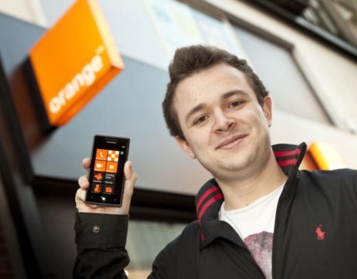 삼성전자 '옴니아7'의 첫 구매자가 영국 오렌지 매장 앞에서 제품을 선보이고 있다.
