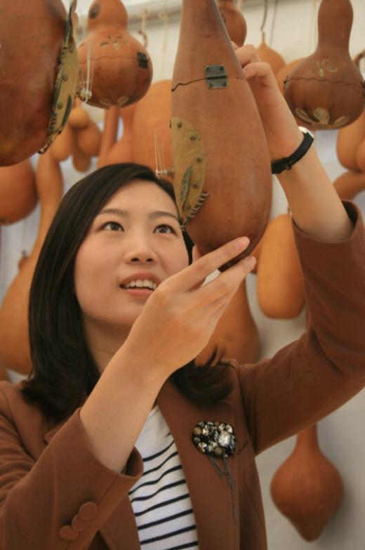 ▲전주한옥마을의 공예품 전시장