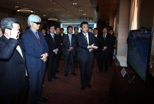 ↑형태근 방통위 상임위원(왼쪽 두번째)를 비롯해 방송업계 관계자들이 29일 한국과학기술회관에서 열린 '고화질 3DTV 실험방송 개시 행사'에서 고화질 3DTV를 체험하고 있다.