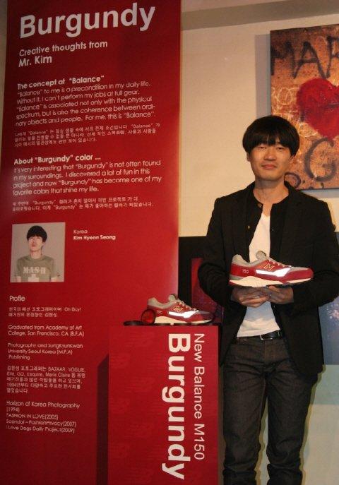 한국 아티스트인 김현성 포토그래퍼가 '뉴발란스 트라이컬러 컬렉션'에 참석해 자신의 작품에 대해 소개하고 있다.