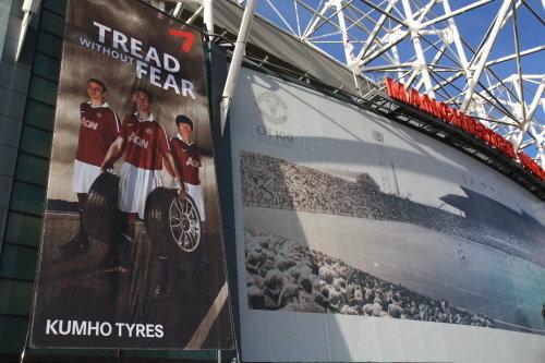 ↑맨체스터 유나이티드 홈 경기장 앞에 붙어 있는 금호타이어 대형 광고 현수막.